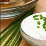 Сметанно-чесночный соус с зеленым луком