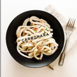 Салат с кальмарами карбонара и беконом