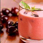 Вишневый смузи из замороженных ягод и бананов