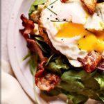 Теплый салат с беконом и яйцами, с ароматом рыбы