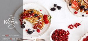 Сладкий омлет с ягодами красной смородины