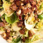 Салат из брюссельской капусты с беконом и яблоком