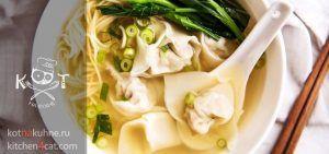 Суп с пельменями, лапшой и луком