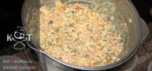 """Классический советский салат """"Оливье"""" с колбасой"""
