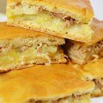 Быстрый рыбный пирог на кефире с картошкой и начинкой из рыбных консервов (без лука)