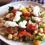 Салат с нутом, помидорами, перцем, сыром Фета и зеленью (рецепт от Джейми Оливера)