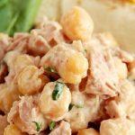 Салат с консервированным тунцом и нутом (фасолью)