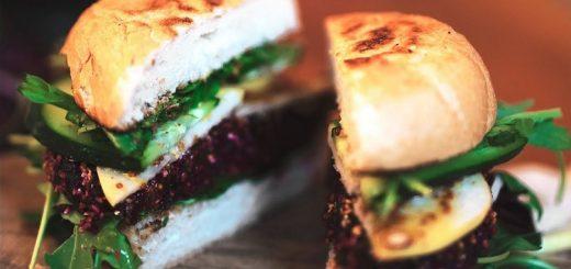 Вегетарианский бургер со свеклой и грушей для гурманов